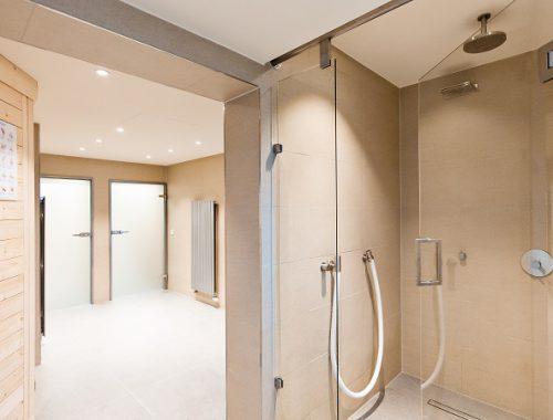 Saunabereich mit Duschen