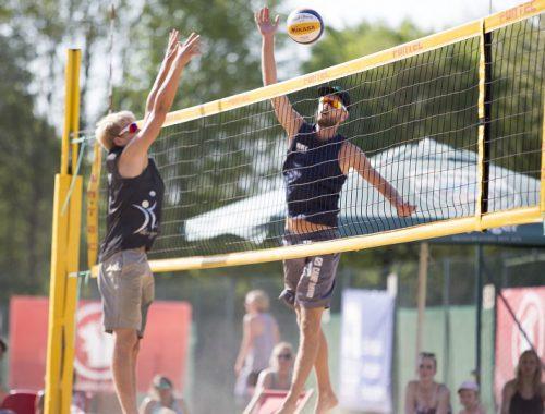 Zwei Beachvolleyballspieler am Netz
