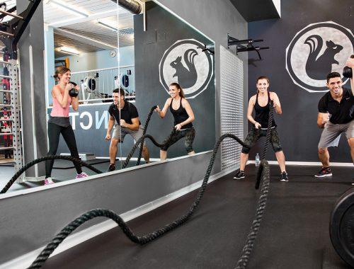 Drei Personen trainieren im Rothof Fitnessstudio