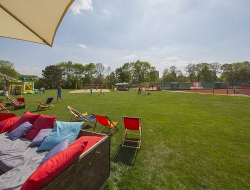 Lounge mit Aussicht auf die Tennis und Beach Plätze