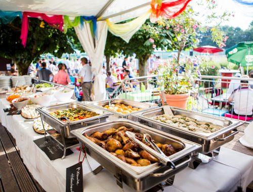 Warme Speisen am Sommerfest