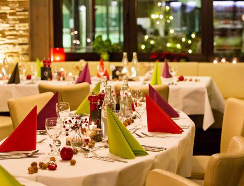 Gedeckter Tisch bei der Weihnachtsfeier