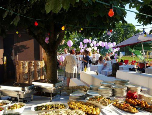 Sommerfest mit Buffet und Luftballons