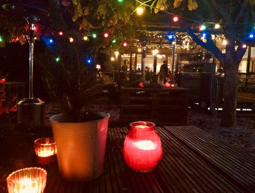 Kerzen im Winter bei Nacht