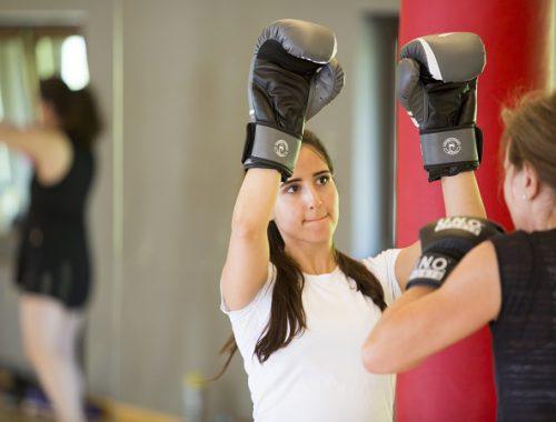 Zwei Damen beim Boxtraining