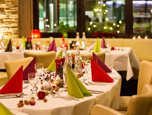 Gedeckter Tisch mit roten und grünen Servietten