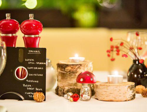 Weihnachtliche Tischdekoration mit Teelicht und Fliegenpilz