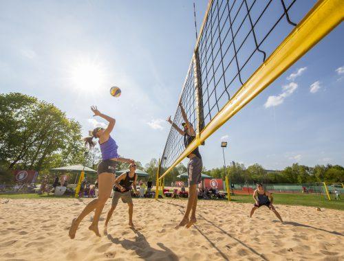 Beachvolleyball zwei Spieler gegen zwei andere Spieler